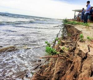 Sóng biển lấn sâu vào bờ, dân Quảng Nam nơm nớp lo sợ