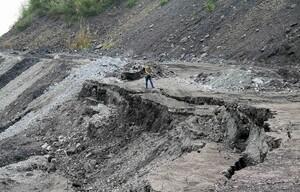 Xuất hiện sạt trượt bất thường tại bãi đổ thải mỏ than Phấn Mễ